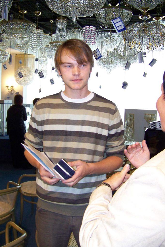 Martin Prokeš (designer Preciosy Lighting) při dekorování vítěze 2. ročníku